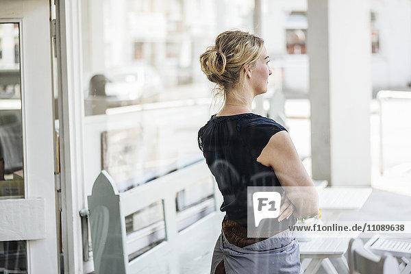 Frau in einem Café  die denkt.