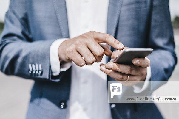 Nahaufnahme eines Geschäftsmannes per Handy