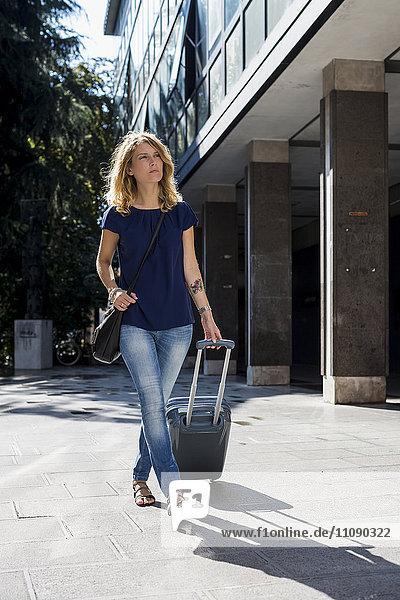 Blonder Tourist mit Gepäck