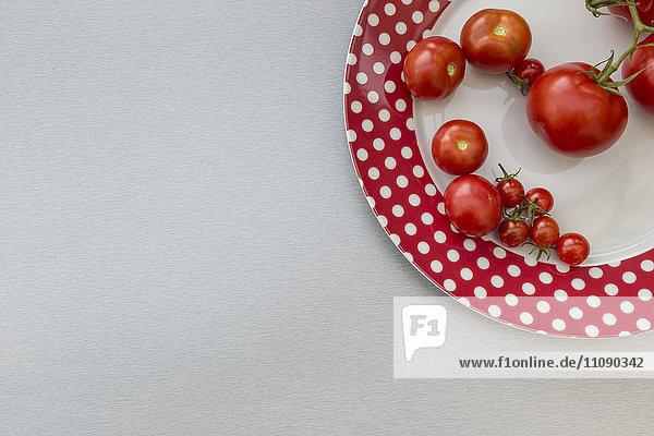 Verschiedene Tomaten auf dem Teller