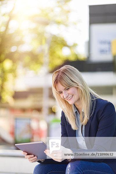 Lächelnde Geschäftsfrau mit Tablette