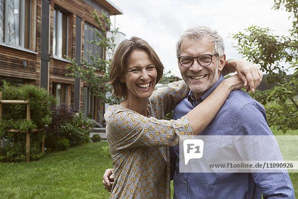 Porträt eines glücklichen reifen Paares im Garten