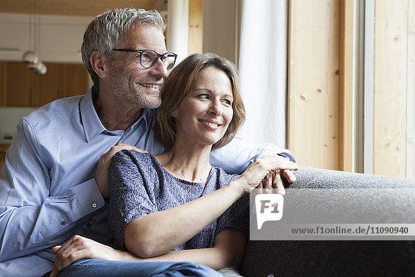 Lächelndes reifes Paar auf der Couch