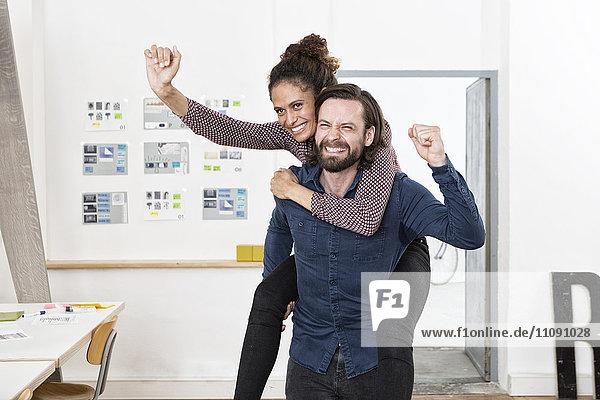 Mann mit glücklicher Frau im Amt