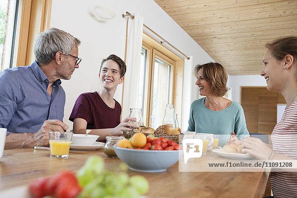 Glückliche Familie beim Frühstück zu Hause