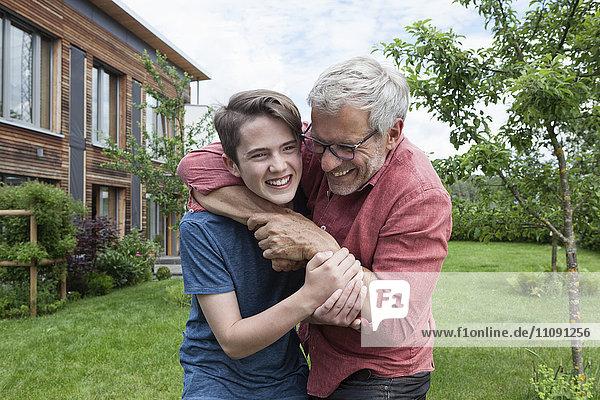 Verspielter Vater und Sohn im Garten