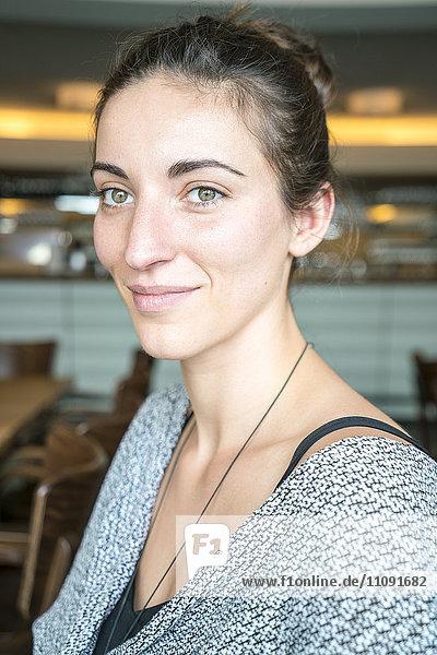 Porträt einer lächelnden Frau in einem Café