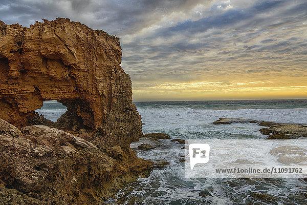 Australien  Eyre Peninsula  Port Lincoln  natürlicher Bogen am Strand bei Sonnenuntergang