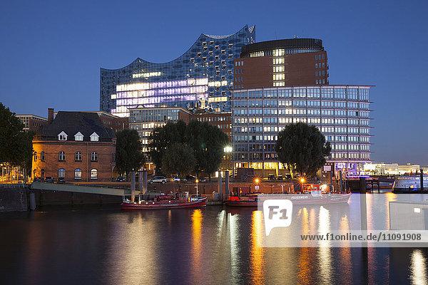 Deutschland  Hamburg  Blick auf Elbphilharmonie und Kehrwiederspitze in der Hafencity