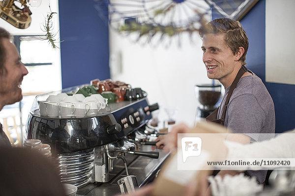 Junge Barista machen Kaffee für Kunden
