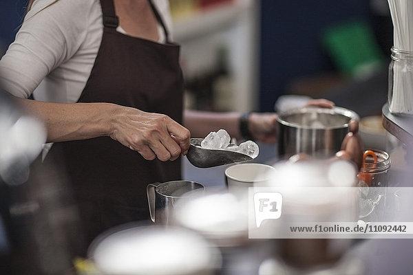 Barista bei der Zubereitung von Eiskaffee
