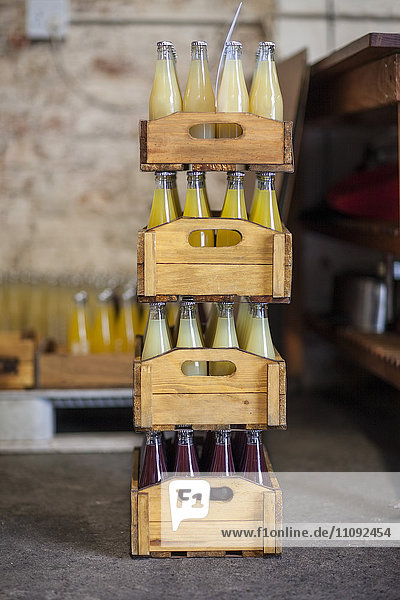Saftflaschen in versandfertigen Holzkisten