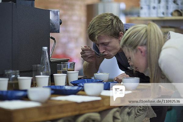 Frau und Mann probieren Kaffee