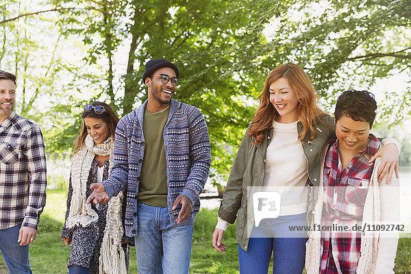 Lächelnde Freunde beim Spaziergang im Park
