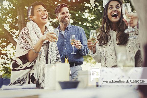 Freunde lachen und trinken Champagner auf der Geburtstagsfeier