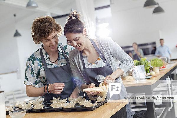 Paar genießt Kochkurs in der Küche