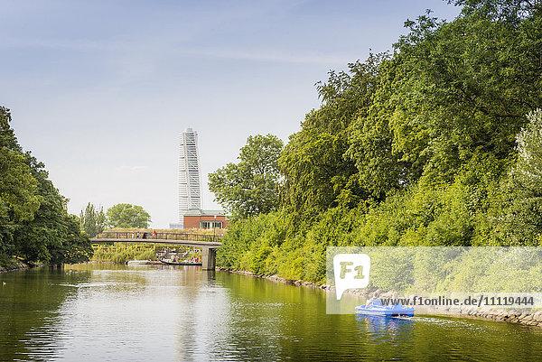 Schweden  Skane  Malmö  Kungsparken  Grüne Bäume entlang des Flusses
