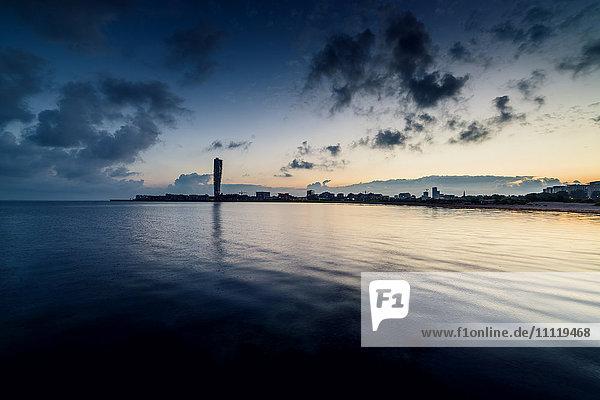 Schweden  Öresundregion  Skane  Malmö  Vastra hamnen Uferpromenade mit Turning Torso überragt Stadt