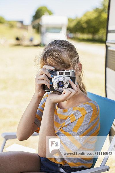 Schweden  Skane  Simrishamn  Teenage girl (16-17) beim Fotografieren mit Kamera