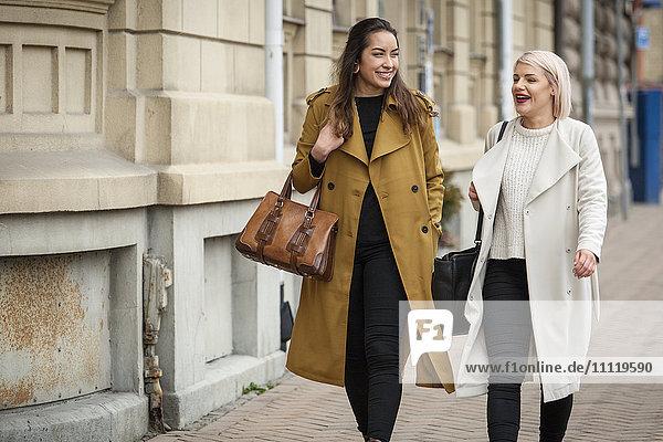 Schweden  Skane  Kirstianstad  Zwei junge Frauen  die auf der Straße gehen