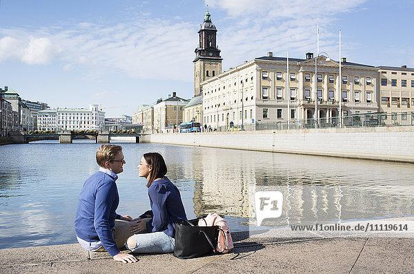 Schweden  Vastergotland  Göteborg  Lächelndes Paar an der Kanalpromenade