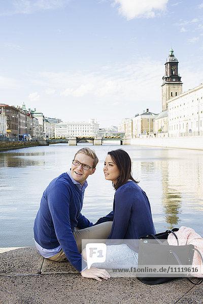 Schweden  Vastergotland  Göteborg  Junges Paar an der Kanalpromenade