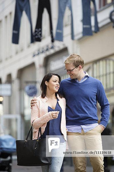 Schweden  Vastergotland  Göteborg  Junges Paar beim Gehen und Umarmen auf der Straße