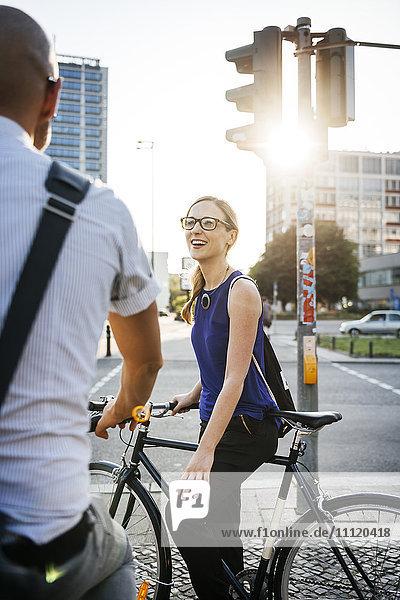 Deutschland  Berlin  Mann und Frau in der Stadt  Frau lächelnd