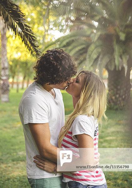 Junges Paar beim Küssen im Park