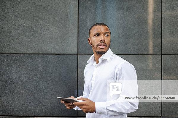 Portrait eines Geschäftsmannes mit Mini-Tablette