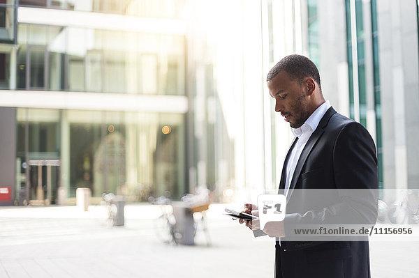 Geschäftsmann mit Mini-Tablette