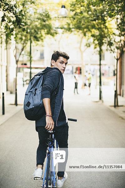 Teenager mit einem Fixie Bike in der Stadt