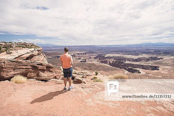 USA  Utah  Mann in Dead Horse Point mit Blick auf die Aussicht