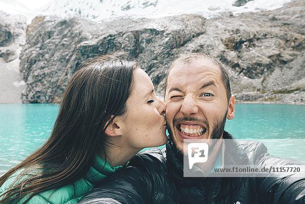 Peru  Cordillera Blanca  Huaraz  Huascaran Nationalpark  Selfie des glücklichen Paares an der Laguna 69