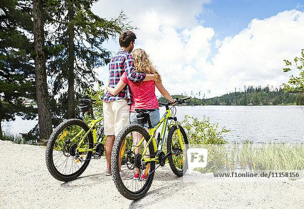 Junges Paar beim Blick auf eine Fahrradtour