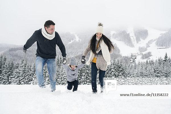 Glückliche Familie in der Winterlandschaft
