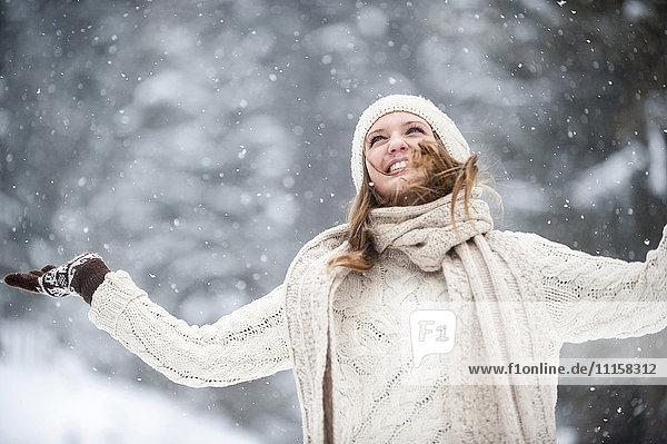 Junge Frau mit Spaß im Schnee
