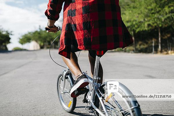Mann auf dem Fahrrad durch einen Park