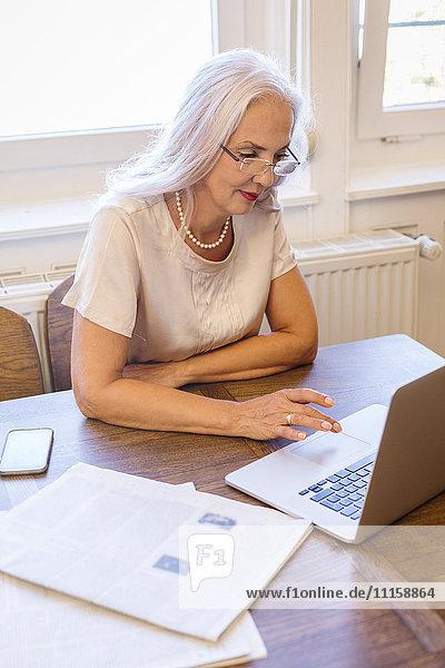 Geschäftsfrau bei der Arbeit mit dem Laptop zu Hause