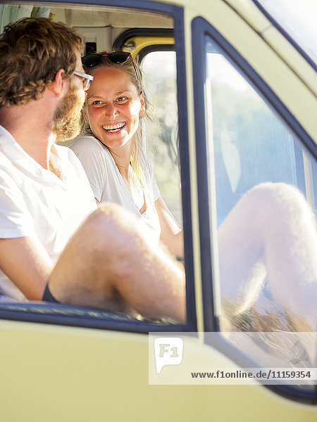 Ein glückliches Paar  das in einem Wohnmobil unterwegs ist.