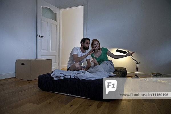 Junges Paar  das die erste Nacht in seiner neuen Wohnung verbringt.