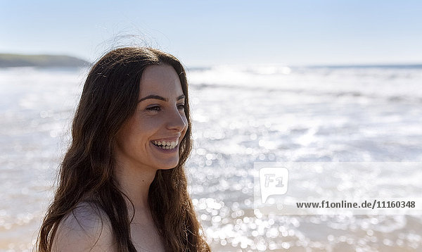 Glückliche junge Frau am Strand