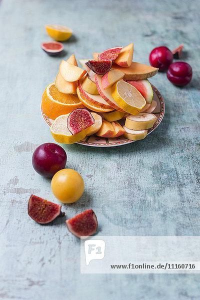 Teller mit verschiedenen frischen Früchten Teller mit verschiedenen frischen Früchten
