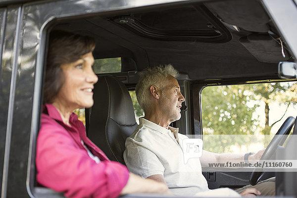 Seniorenpaar auf einer Fahrt im Geländewagen
