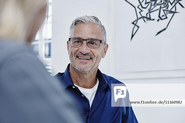 Lächelnder Geschäftsmann in einer Besprechung