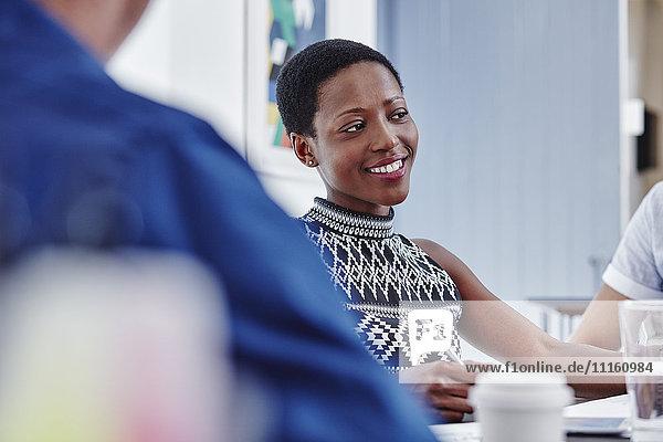 Lächelnde Frau in einer Besprechung
