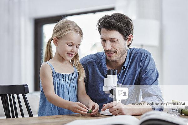 Vater und Tochter mit Fernglas