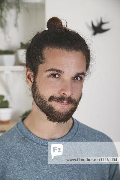 Bildnis eines jungen Mannes mit Bart und Brötchen