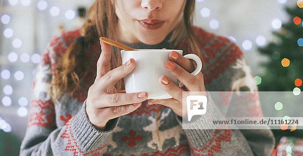 Frau mit Tasse Kaffee zur Weihnachtszeit  Nahaufnahme