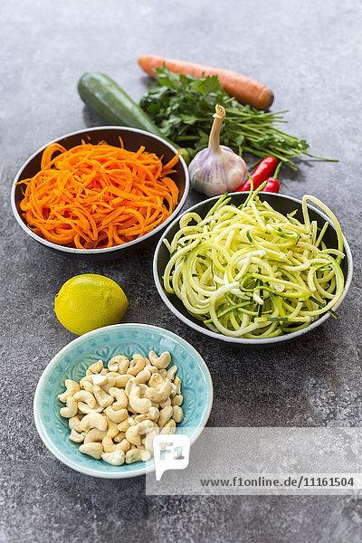 Zutaten von Gemüse-Nudelsalat